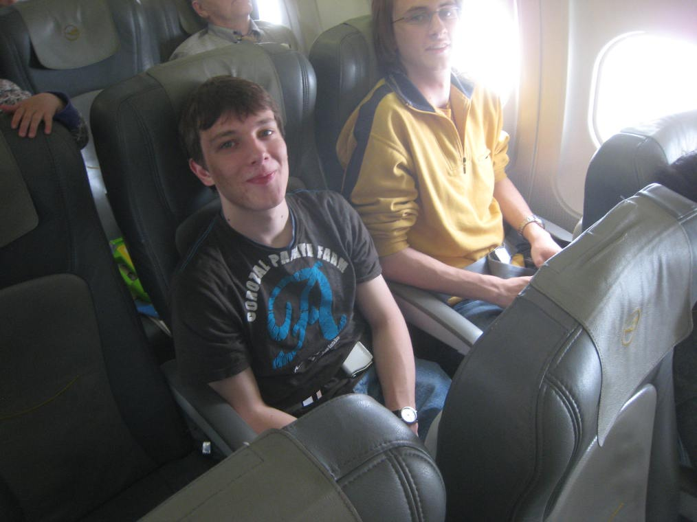 Robert und Oleg im Flugzeug