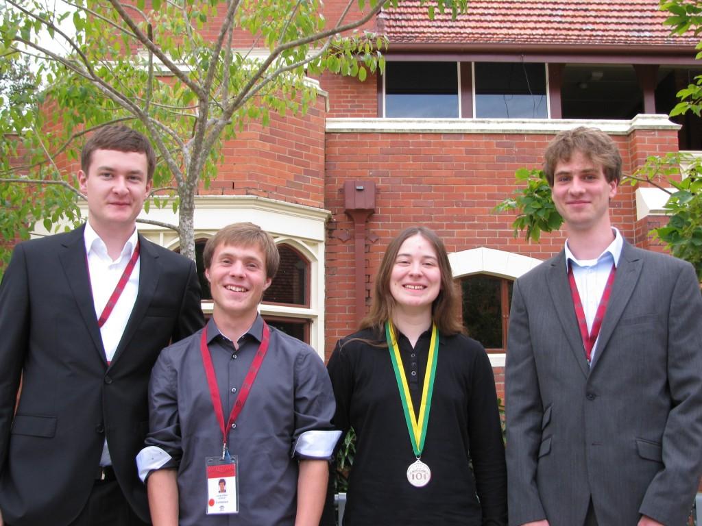 Gruppenbild mit Dame mit Medaille: das deutsche Team bei der IOI 2013 (vlnr: Lukas Köbis, Lucas Elbert, Juliane Baldus, Paul Jungeblut).