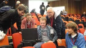 Unter Hochspannung: Die Teamleitungen aus der Schweiz, Österreich und Deutschland beobachten kurz vor Ende der zweiten Klausur die Ergebnisliste.