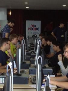 Ein Blick ins Innerste der CEOI 2013: Das Computerlabor mit den Arbeitsplätzen für die Teilnehmer.