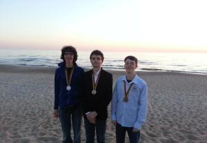 Von rechts nach links: Gregor, Manuel und Felix am Strand von Palanga.