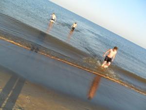 Friedrich, Paul und begleitender Simon entfliehen sturmartig dem morgendlichen Ostsee-Wasser, erfrischt und motiviert dem Contest entgegen.