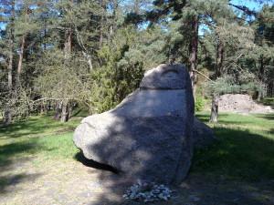 Gedenkstein an die Massenerschießung vom 27. Juni 1941, gelegen im Birute-Park nahe dem Ort des Ereignisses.