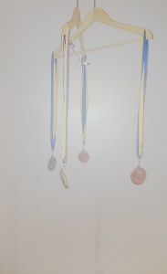 Vier Medaillen an zwei Kleiderbügeln