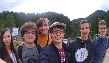 Das Team am Lacul Roșu. Die schweizer Delegation ist sogar – im Boot – Baden gegangen.