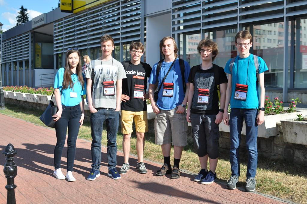 Von rechts nach links: Marian Dietz, Niclas Faroß, Victor Yushuk, Coach Gregor Matl, Nico Gründel und Guide Raluka Popa.