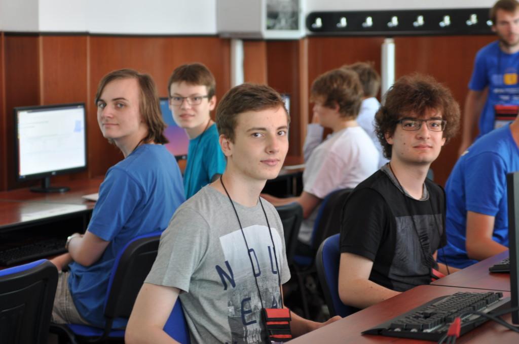 Das deutsche Team an den Wettbewerbsrechnern. Im Trainingscontest am ersten Tag haben die Teilnehmer die Möglichkeit, sich mit den Rechnern und den verfügbaren Entwicklungsumgebungen vertraut zu machen.