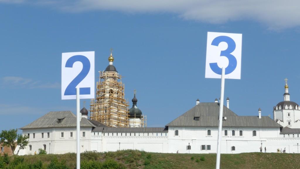 """Schilder mit der Aufschrift """"2"""" und """"3"""" vor Gebäuden des Klosters von Svijažsk"""