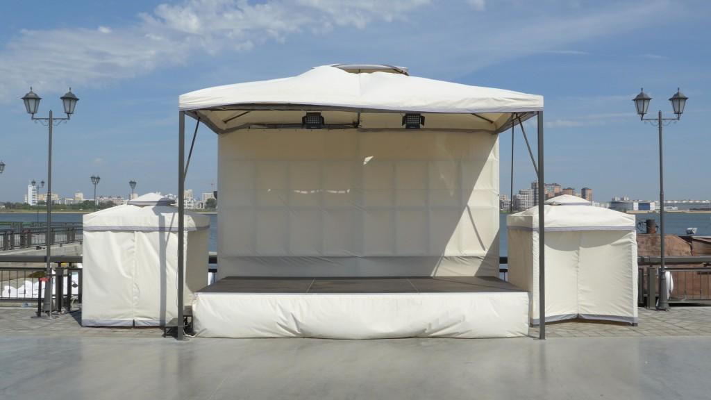 Eine leere, weiße Zeltbühne vor der Kasanka