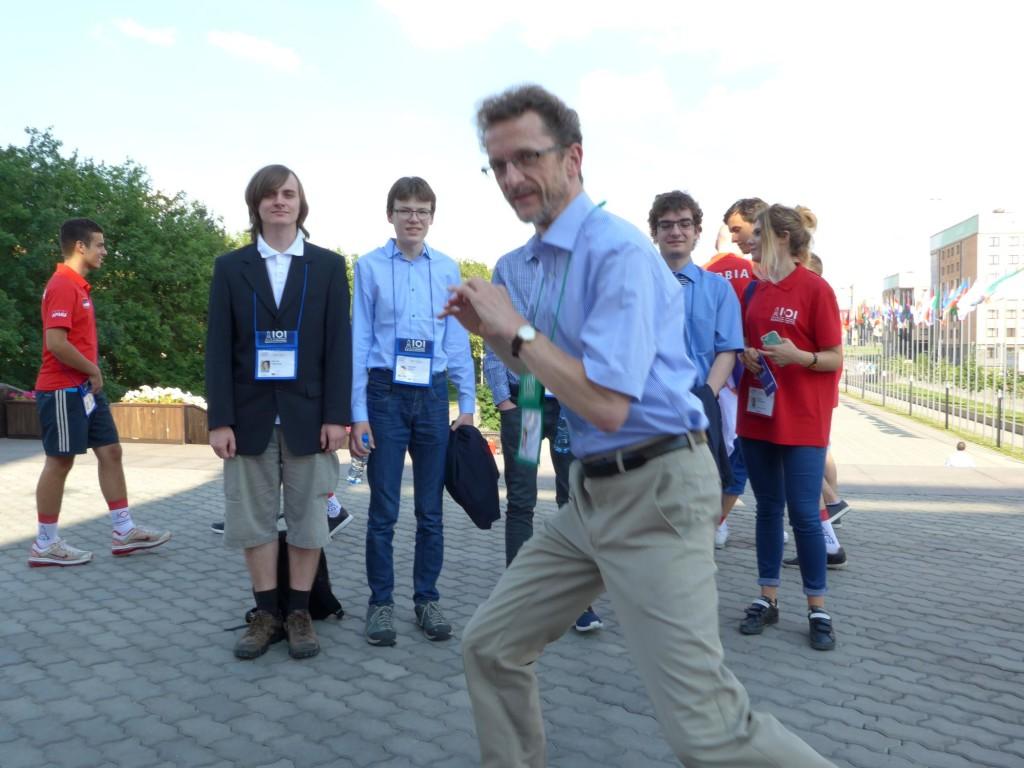 Wolfgang Pohl vor den Contestants und dem Guide in der Absicht, diese gleich zu fotografieren