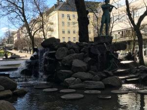 Brunnen im Zentrum von Bergen