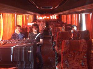 Marian, Nicolas und Lukas in einem ansonsten leeren Bus.