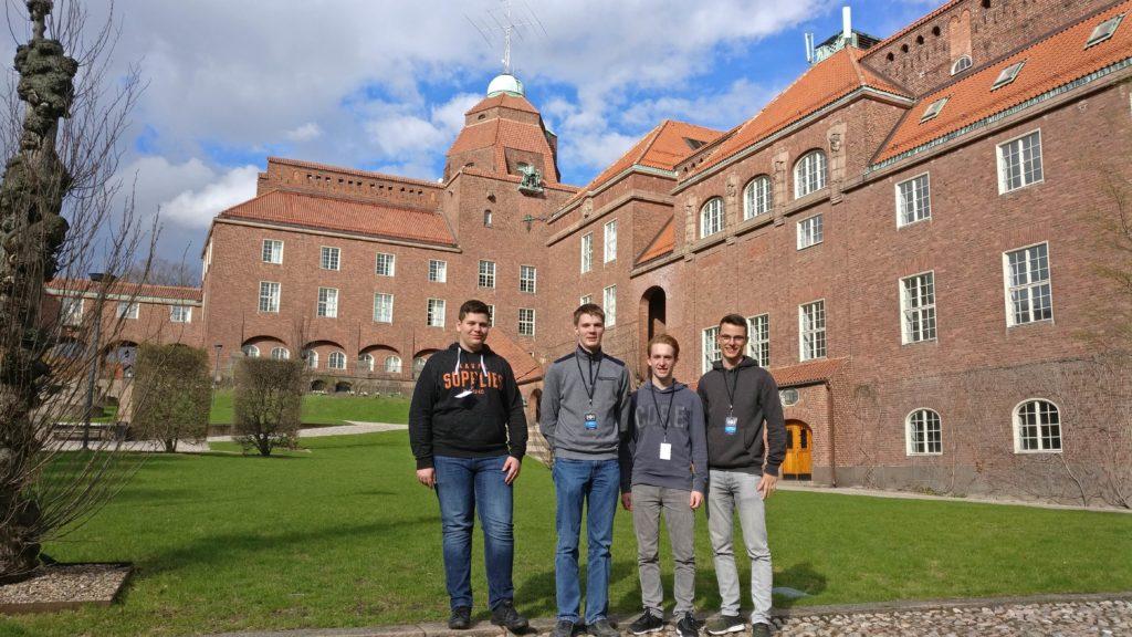 4 Teilnehmer stehen vor einem der Gebäude des KTH